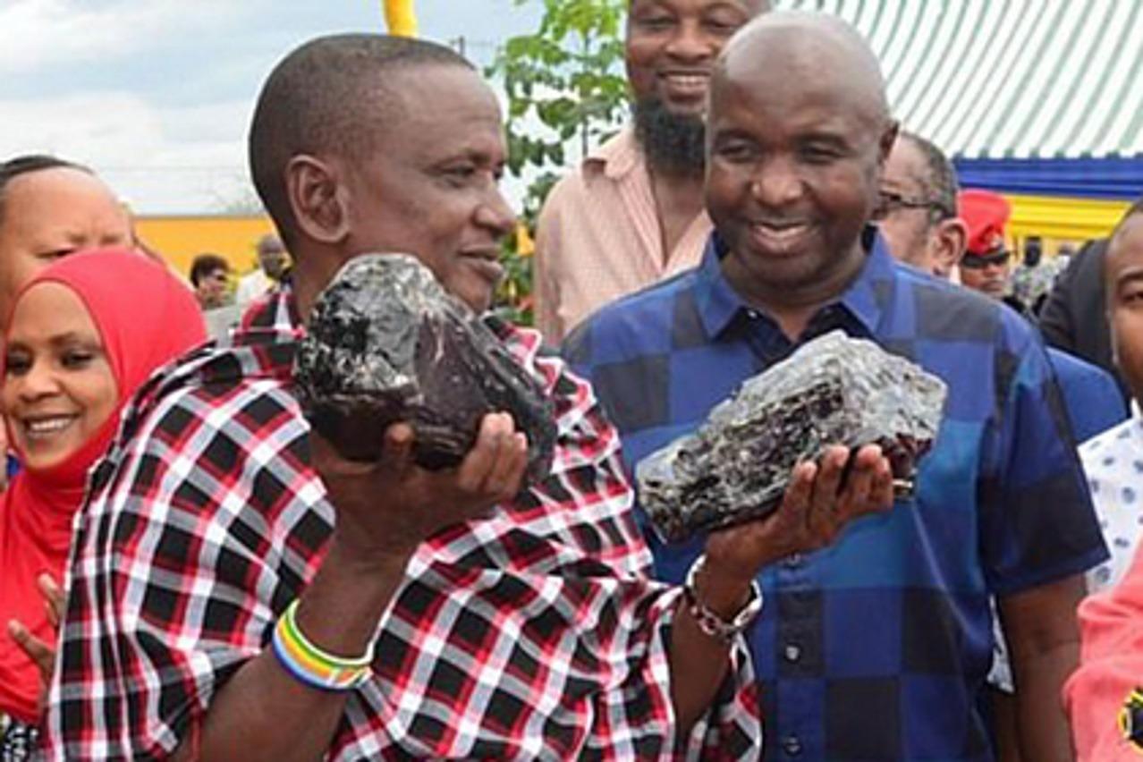 Шахтер обнаружил редчайший минерал танзанит и стал миллионером